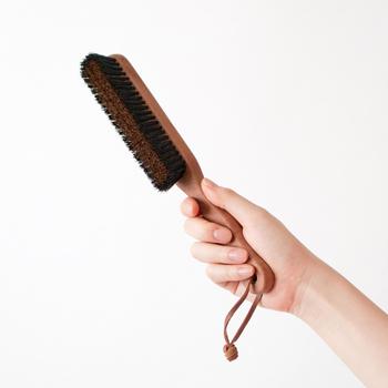 フェルトには毛の流れがあるので、流れに沿ってブラッシングします。ブラッシングすることによりホコリも落とせますし、毛並みを整えることができます。