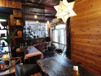 京成押上線八広駅から4~5分歩いた住宅街にある「cafe POKAPOKA(カフェ ポカポカ)」は、地元の方にも親しまれる人気のお店。古民家をリノベーションした店内は、一枚板のテーブルなど木を多く使っていてゆったりした雰囲気です。