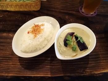 タイ・ベトナム・インドネシア、メキシコ、沖縄などのお料理がメインのお店でいただけるカレーは、スパイスが効いた本格派。ランチの「グリーンカレー」は、マイルドな見た目に反して辛めの味わいです。