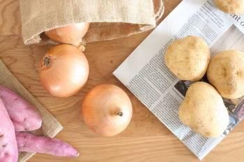 じゃがいも・玉ねぎ・にんじんは、どれも湿度に弱い野菜。  風通しのよい場所においたり、新聞紙に包んだりと、乾燥を避ける一工夫をして、暗い場所で保存するとよいでしょう。  じゃがいも・玉ねぎは冷蔵庫に入れず常温保存でよいですが、にんじんは冷蔵庫の野菜室にいれましょう。