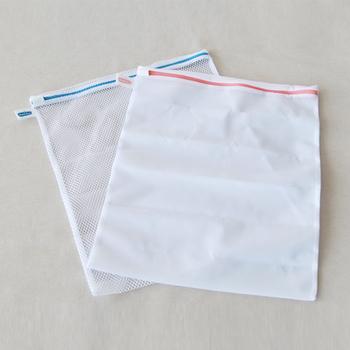 洗濯槽と擦れて痛む原因になるので、帽子を洗濯ネットに入れます。一番弱い設定で1分脱水してから、新しいきれいなお湯で押し洗いします。最後にもう一度一番弱い設定で1分脱水します。 型崩れしやすいので、干すときには「調理用のザル」を使うのがおすすめ。帽子をぴったり被せられるサイズのザルにかぶせて陰干しすると、型崩れせず帽子全体がしっかりと乾きます。