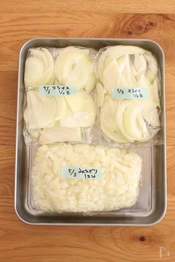 【玉ねぎ】 玉ねぎは、粗目のみじん切りまたは薄切りにしてから冷凍するのがおすすめ。細かくみじん切りにして冷凍すると、水分が抜けて食感が残らないので、注意しましょう。  【にんじん】 にんじんは、そのまま冷凍してOK。切ってから冷凍すると調理しやすくなります。ただ、大きく切ると食感が悪くなるので、いちょう切りや短冊切りなどの小さくて薄い大きさの方がおすすめです。