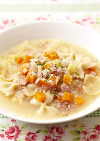 こちらも、ミネストローネレシピのように、「じゃがいも・人参・玉ねぎ」を細かく角切りにして、スープに投入。  ショートパスタを使っていますが、もちろん、普通のパスタでスープスパを楽しんでも美味しいですよ◎