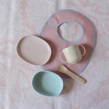 お子さまが初めて使う食器こそ良いものを、という作り手の想いから、よくあるプラスチック製のものではなく陶器で作られているベビー食器。物を大切にする喜びを知ってほしいという想いが込められています。