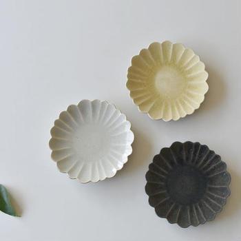たくまポタリーでは、ここでご紹介している作品以外にも様々な形の花型皿が作られており、選べる楽しみも。また、色は白・黄・黒などが主で、混ざりあったような少しくすみのある風合いが味わい深いですね。