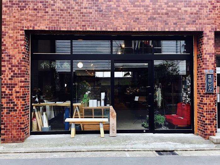 浅草寄りの駒形橋と蔵前寄りの厩橋(うまやばし)の中ほどにある「from afar 倉庫01(フロムアファー)」は、隅田川エリアのおしゃれなカフェとして注目されています。