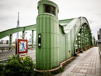 蔵前駅側から見た厩橋の風景。橋を渡るとすぐに春日通り出るので、初めて蔵前を訪れる方も迷わず辿りつけますよ。