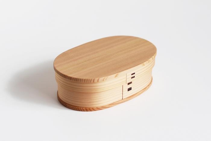 """すでにお弁当ライフを実践している方にも憧れのお弁当箱といえば、曲げわっぱ。ピンからキリまで色々ありますが、こちらは秋田産天然杉を使い、職人がひとつひとつ丁寧に仕上げたもの。""""曲げわっぱ""""の中でも伝統工芸品に指定されているものなんです。調湿に優れており、ふわっと漂う杉の香りも心地良い。お弁当の中にぎっしりと詰められたごはんやおかずも、ふっくら&作りたての味わいを保ってくれます。"""