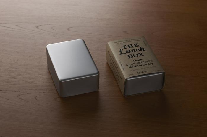 飾り気が無く、すっとした佇まい。柔らかで丸みを帯びた四角い形と、淡く光るアルミが美しいお弁当箱。これこそは!と呼べる定番品を発信していくブランド「THE」のお弁当箱は、まさに長く愛用して自分の定番にしたくなるようなものです。