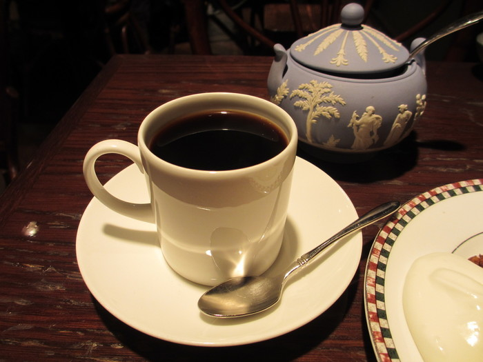 コーヒーは、ブレンドとストレートの2つから選べます。ブレンドは浅煎り・中煎り・深入りの中から、好きな煎り方を選ぶことができます。ストレートは、酸味・中間味・中深味・苦味の中から、それぞれ好きな産地の豆を選んで注文します。いろんな風味のコーヒーが味わえるので、好みのコーヒーを見つけたいという方におすすめですよ。