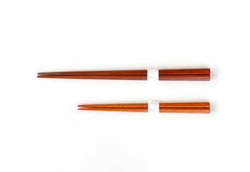 曲げわっぱやお気に入りのお弁当箱を手に入れたら、次に気になるのがお箸やカトラリー。でもお弁当用のお箸は、素敵なものってなかなか見つけるのが難しいですよね。こちらは、強度と耐久性に優れた天然木(マラス材)を使用した本漆仕上げの三角箸。