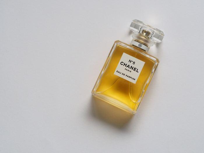 古くから多くの人に愛され、そして愛用されてきた香水と香水瓶。英語では「Perfume (香水)bottles(瓶)」と言います。そもそも香水は油状や固体の香料をアルコール(酒精)で溶解した溶液のことで、体や衣服に付け、香りを楽しむための化粧品の一種とされています。また平均して50〜200種類もの香料が含まれているので、同じ香りのものは限りなく少ないと言われています。