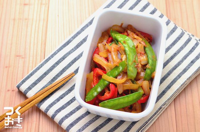 絹さや、玉ねぎ、赤ピーマンで作るシンプルながら彩りの良い、お弁当にも使えそうなレシピは、調理時間も約10分と短く、5日ほど冷蔵保存できる、ありがたつくりおきレシピです。