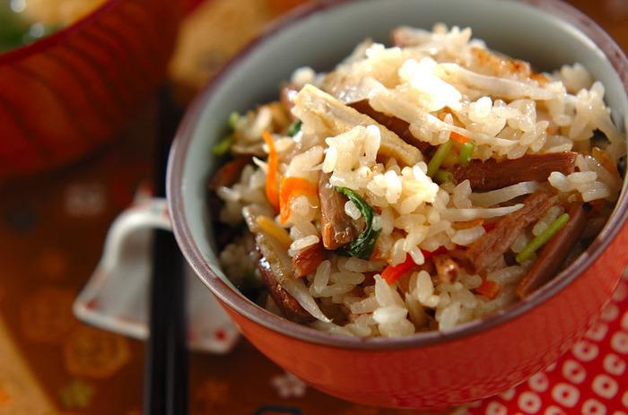 もち米が入ってもちもちした食感の炊き込みご飯。おにぎりにしてピクニックやお花見に持っていくのもいいですね。