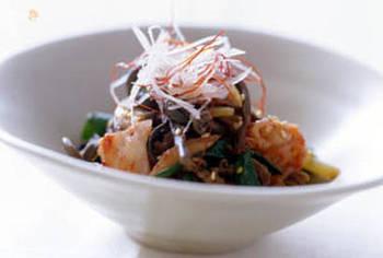 韓国料理でもよく使われるぜんまいは、煮物のように優しい味付けだけでなく、ピリ辛に仕上げてもおいしく頂けます。牛肉が入るので、メインのおかずになる一品です。
