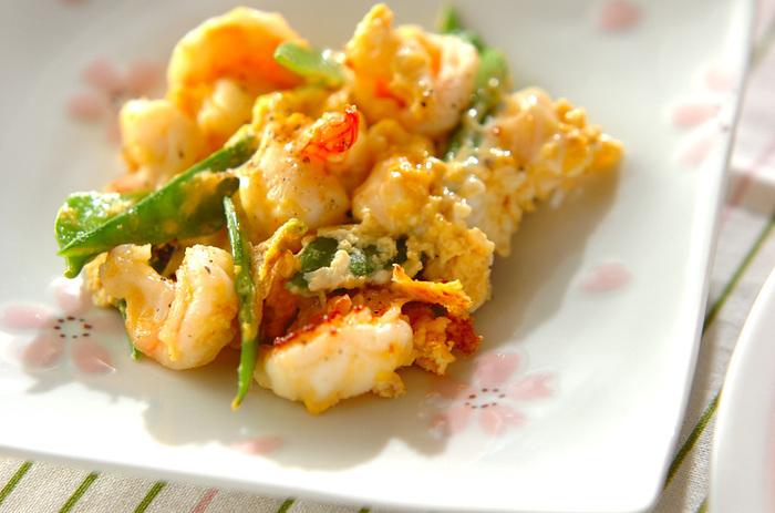 肉と炒めても美味しい絹さやは、魚介類とも相性バッチリです。上記と同じくシンプルな味付けの「エビとキヌサヤの塩炒め」は、エビの赤と絹さやの緑の彩りもよく、食卓を華やかにしてくれそうなごちそうレシピです。