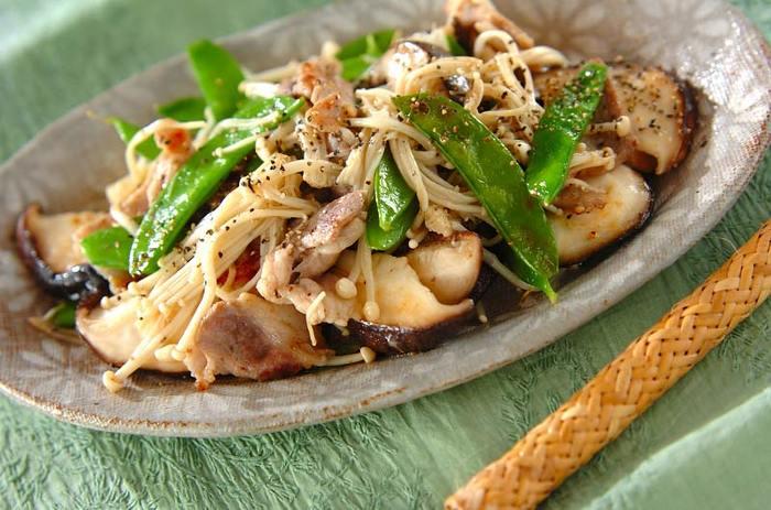 豚の薄切り肉と絹さや、エノキ、シイタケで作る「豚肉とキヌサヤの塩炒め」。レシピ名通りに、下味に酒と砂糖と塩、味付けに塩とこしょうだけのシンプルな味付け。しかし、キノコと豚肉ののうまみと絹さやの食感がクセになりそうな、簡単でボリュームたっぷりのおかずです。