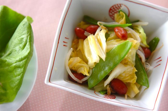 絹さやと春キャベツ、もやし、市販の甘煮の金時豆で作るサラダ。彩りや食感の組み合わせも良く、甘酢のドレッシングとの相性も良いので、覚えておくと春の定番サラダとして活躍してくれるかも。
