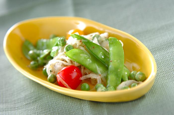 絹さやは炒め物や煮物だけでなくサラダにしても彩りよく、美味しくいただけます。こちらの絹さやとエンドウ豆で作るサラダは、グリーンの豆と赤いプチトマトの見た目も鮮やかで食卓が華やかになりそう。