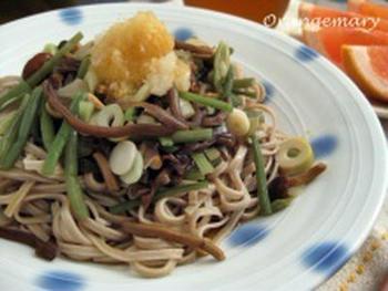 山菜ミックスで手軽に作る山菜蕎麦。大根おろしを添えて、さっぱりとした味わいに。