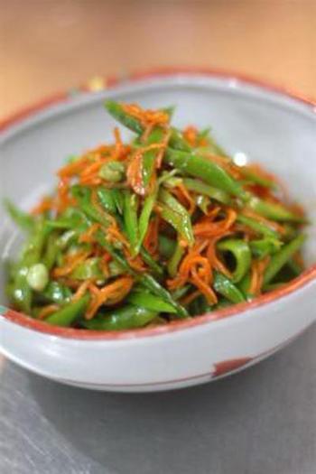 絹さやとニンジンも色合いも味の相性も◎。こちら「絹さやとニンジンのピリ辛ナムル」は、絹さやのシャキシャキした食感も美味しく、味付けはめんつゆを使用するので簡単にできて◎。