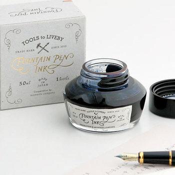 ボールペンなどで手紙を書くことももちろんよいのですが、手紙を書く時のオススメは、万年筆です。まず下書きをした後に、便せんにゆっくりと丁寧に万年筆で清書します。万年筆ならインクの色を気分で選べるのも嬉しいところ。自分らしいカラーを見つけるのもいいかもしれません。  そして、文通のよいところはゆっくりと時間をかけて、相手や、行ったことのない場所を想いながら書くことです。万年筆はその喜びをもっと充実させてくれます。万年筆はインクが乾くのに時間がかかります。そのため、ゆっくり時間をかけて書かざるをえません。乾く間に内容を推敲したり、想像を膨らませたり……楽しい時間を増やしてくれます。