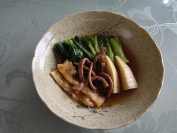 ぜんまいと共に春を感じる食材の一つ、たけのこ。素材の味が活かされつつ、油揚げから出る出汁が染みる煮物です。