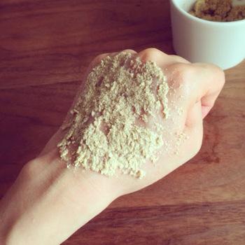 スクラブ洗顔は、手作りすることができます。 手軽に作るなら、市販の洗顔料に重曹や米ぬかなどスクラブになる素材を混ぜて使ってみましょう。混ぜたものは保存がきかないので、すぐに使用してください。