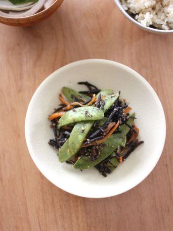 ひじき、ニンジン、そしてたっぷりの絹さやで作る「ひじきときぬさやのごま味噌蒸」。いつものひじきのレシピに絹さやをたっぷり入れるだけで、食卓が春の雰囲気に。