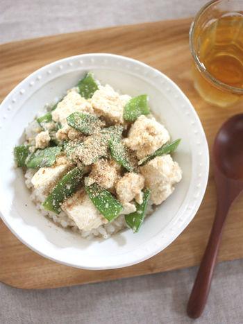 木綿豆腐と絹さやで作る「豆腐ときぬさやのごまみそ丼」。やわらかい木綿豆腐と、絹さやのシャキシャキ感の組み合わせも絶妙で、作る際に包丁を使わず簡単に作れるのも嬉しいポイントです。