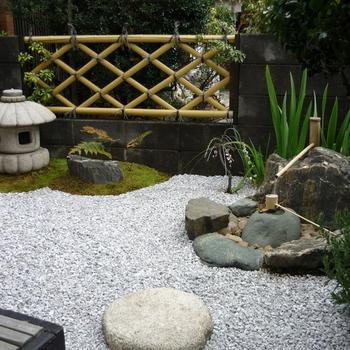 日本建築のおうちなら、玄関アプローチを純和風にしてみるのもいいですね。こちらは、人口竹で作った京都竜安寺垣と枯山水。風情があります。