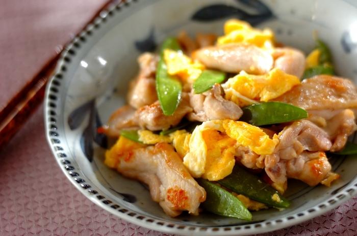 鶏のもも肉、卵、絹さやと、材料も少ないのに見た目が豪華なおかずレシピ。卵の黄色と絹さやの緑、こんがりとした鶏のもも肉が見るからに美味しそうでご飯のおかわりが止まらなくなるかも。
