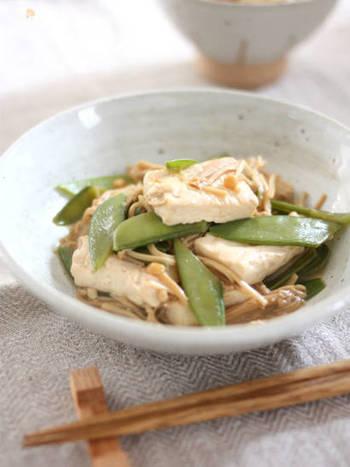 木綿豆腐、絹さや、エノキを煮て作る「豆腐・きぬさや・えのきだけのしょうゆ煮」。こちらもレシピ名通りに味付けはシンプルにしょうゆのみなのに、うまみたっぷり!覚えておくと手早く作れて忙しい夜に助けてもらえそう。