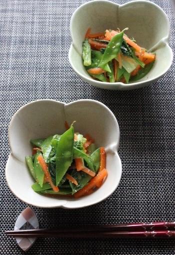 絹さやとニンジン、小松菜で作る和え物。見た目も美しく、すりゴマにお酢の組み合わせも絶妙で、オシャレな小鉢に盛ればちょっとしたおもてなしの前菜にも使えそう。