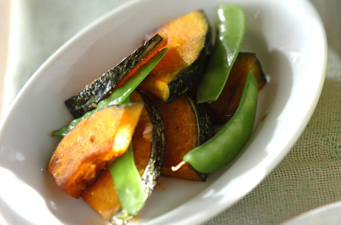カボチャのオレンジと絹さやのグリーンが食卓を明るくしてくれそうな、バター焼き。バターを入れることで、それぞれの素材がさらに深みのある味わいになり、何度もリピしたくなりそうな仕上がりに。