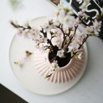 桜色の壺型花器は、さくらにぴったり。枝ものは少ない本数でバランスを見ながら活けるのがポイントです。