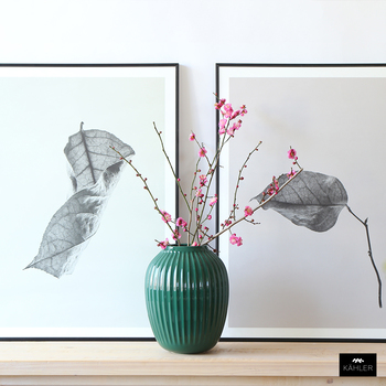 グリーンの花器には、濃いピンクの梅の花を。色のコントラストがとてもスタイリッシュで、お部屋のアクセントになります。