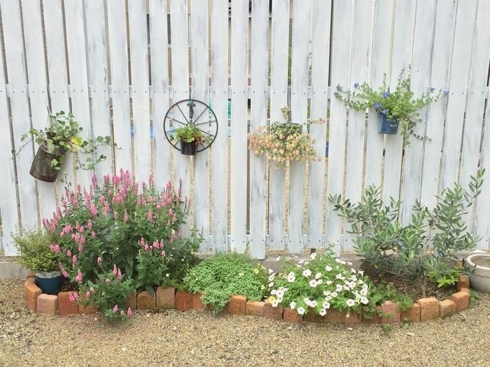 また、アプローチにこんな可愛い花壇を作るのもいいかも。簡単にお金をかけずにDIYできて、そのうえ手作りだからより愛着も湧きますね。花壇のデザインを考えるのも楽しそう。