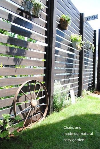 ウッドフェンスは、お花などをハンギングできるおしゃれさもあります。可愛い玄関アプローチがデザインできそうですね。