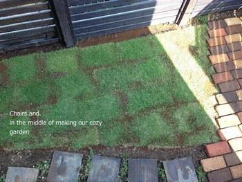 すき間に芝生を張るのも、みずみずしさが感じられていいですね。芝刈りなど手入れが必要になりますが、限られたスペースなら手間も少なそうです。