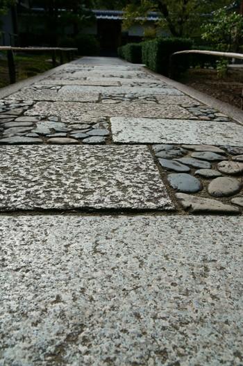敷石も、アプローチの小道づくりによく使われます。並べやすい四角形などをはじめ、変化のある不規則な形などいろいろあります。和風のイメージが強いですが、洋風の敷石もあるようです。敷石のヒントは、古い街並みや寺院などにもたくさんあります。散策しながら、アイデアを探すのもおすすめ。