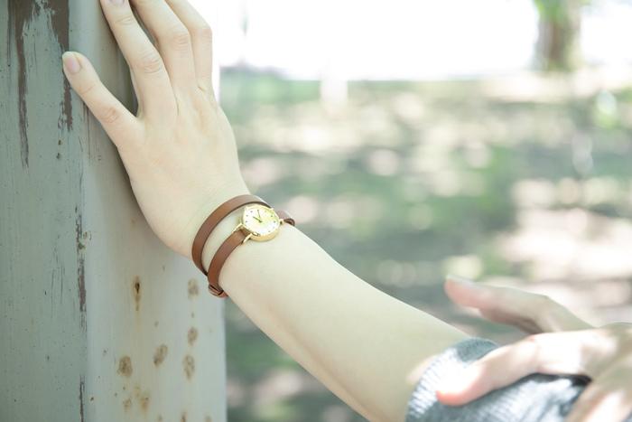 塗る範囲が広い部位には、容器から直接スーっと伸ばす「ストローづけ」がおすすめです。肌の上にストローの幅ほどの線状にとるつけ方で、塗りむらを防ぎます。手の平で優しく日焼け止めを包み込むように、大きな楕円を描きながらゆっくりと体に広げてください。  ①日焼け止めをひじから手首まで線状に取り出します。 ②手の平全体で大きく円を描くようになじませましょう。