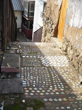 タイルもアプローチによく使われますが、モルタルやコンクリートで固めながら設置していきます。ただし、タイルはものによっては雨などで滑りやすくなるため、小道づくりに適した素材かどうか事前に確認するのが大切です。