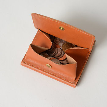 背面には取り出しやすいコインポケットが付いています。最小限のデザインの中に、しっかり機能性が備わっているのが嬉しいですね。