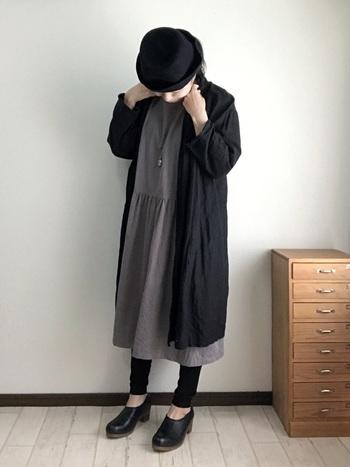黒のレギンスを履くなら、足首を少し肌見せして抜け感を出すのが今年らしい着こなしです。
