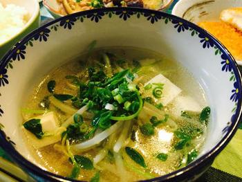 豆苗のスープは人気ですね。豆苗のシャキシャキ感とお豆腐のふわふわ感、…食感のめりはりも楽しい一品です。