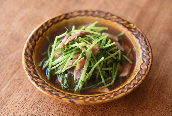 豆苗とベーコン、ちょっと意外な組み合わせですが、相性は抜群。お野菜が少し苦手な方も、ベーコンのうまみでどんどん食べられます。煮浸しですが、こしょうをきかせるのも面白いアイデア。