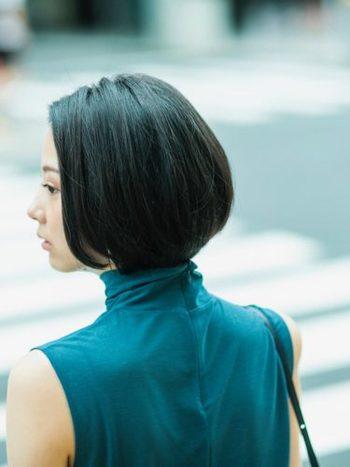 丸み・重みのあるグラデーションカットには、暗めのトーンも似合います。こちらは、柔らかさのあるグレーアッシュでカラーリングされたスタイル。黒髪とはまた異なる透明感と艶が出てきます。