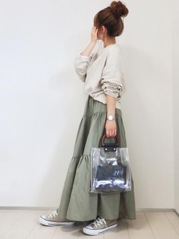 フレアの途中にギャザーが入った遊び心溢れるロングのフレアスカートは、ガーリーさを中和してくれるスウェットをチョイス。今年流行りのビニール素材のバッグがおしゃれです。