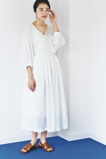 風に揺れる軽やかなフレアスカートには儚げなカシュクールのブラウスがぴったりです。ヘアはコンパクトに、レザーのサンダルでクールにまとめたのも素敵。
